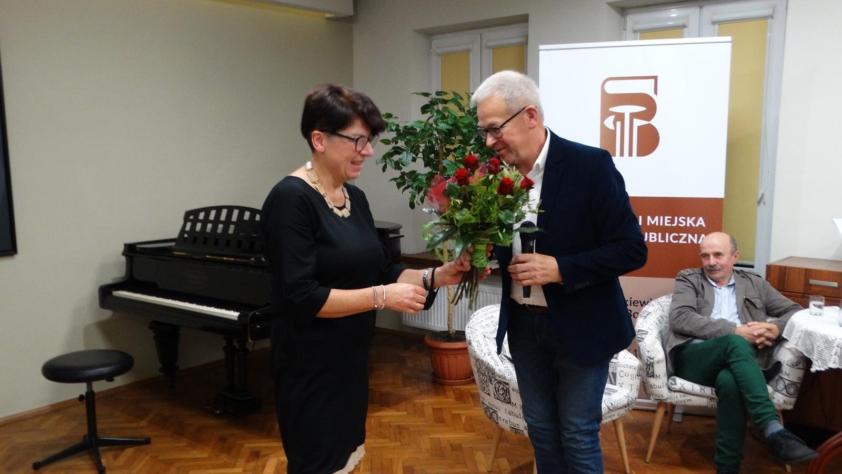 Dorota Rzepka wręcza artyście kwiaty